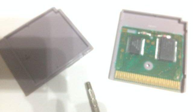 【開いた!】ゲームボーイ電池交換、正しいドライバーのサイズに注意!その②